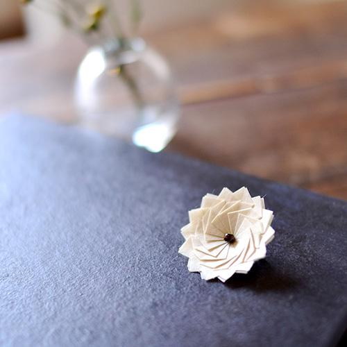 kikka |ちいさなブローチ<br> kikkaという折り_<br> 素材:京都・黒谷和紙(和紙職人、ハタノワタル)樹脂加工<br> 寸法:約 25mm × 25mm