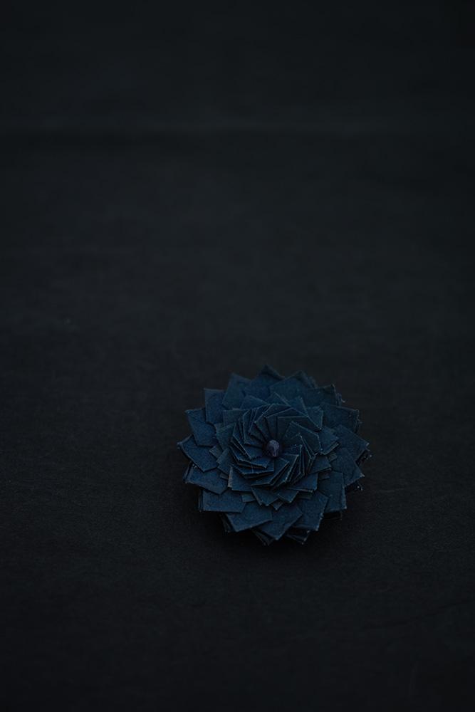 kikka | ブローチ kikka という折り___2016<br> 素材 : 京都 黒谷和紙[藍色染め](和紙職人 ハタノワタル)、樹脂加工<br> 寸法 : 約40mm × 40mm