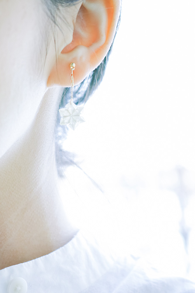 yuki | ピアス、イヤリング yuki という折り___ 2016<br> 素材 : 京都 黒谷和紙[生成り](和紙職人 ハタノワタル)、樹脂加工<br> 寸法 : 約11mm × 11mm