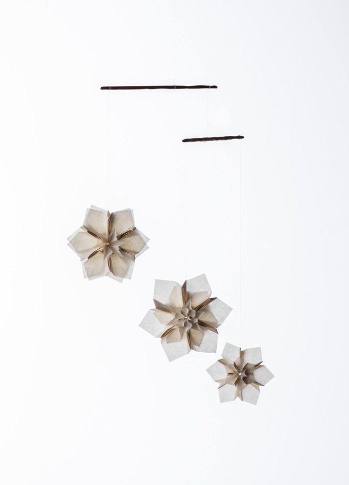 suika | モビール<br> suikaという折り__36枚仕様<br> 素材:京都・黒谷和紙(和紙職人、ハタノワタル)<br> 寸法:約100mm × 100mm